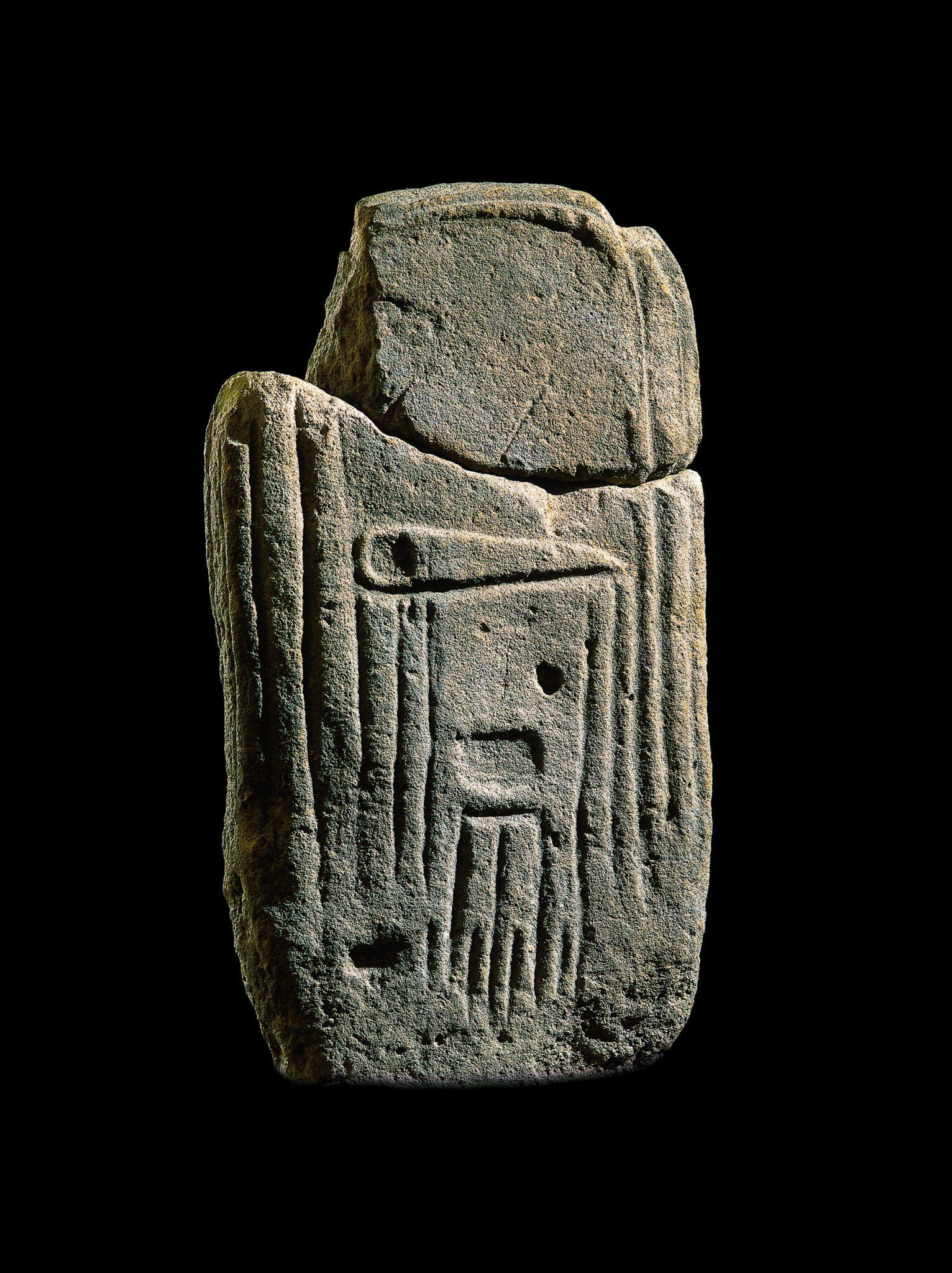 La Verrière, statue-menhir en grès, IVe- IIIe millénaire avant notre ère, musée Fenaille - Rodez (coll. SLSAA). Photo P. Soisson