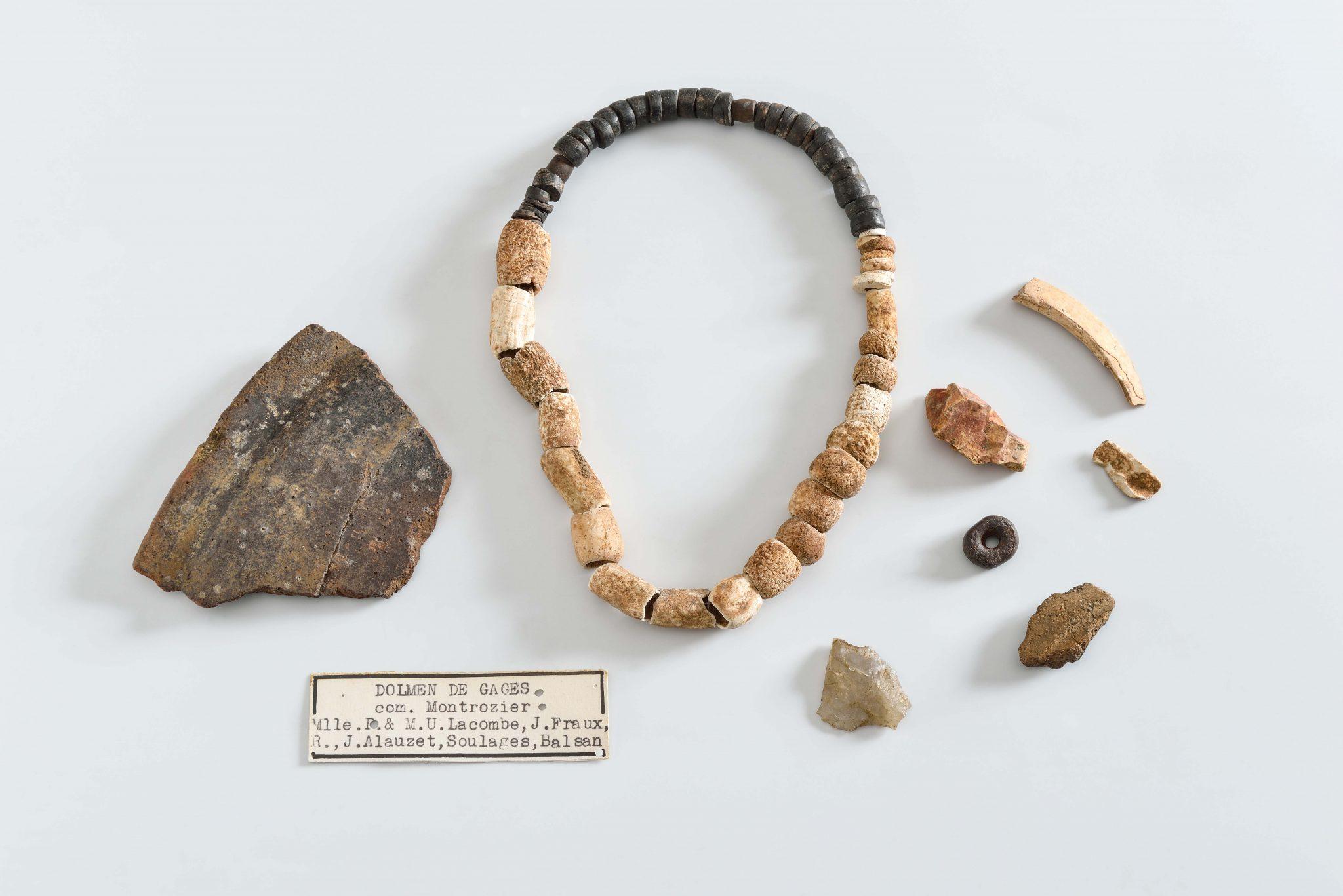 Mobilier préhistorique découvert dans le dolmen de Gages (Aveyron) en 1940 par Pierre Soulages et l'équipe de fouille, Néolithique final, musée Fenaille – Rodez (coll. SLSAA), photo T. Estadieu