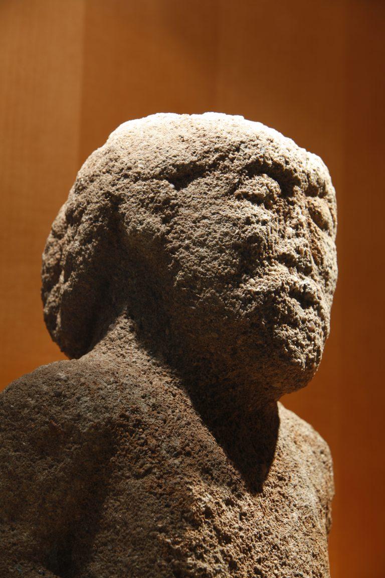 Sculpture gauloise dite « dieu de l'hôpital » découverte à Rodez (hôpital Combarel) en 1938, grès, Ier siècle avant notre ère, musée Fenaille – Rodez (coll. SLSAA)