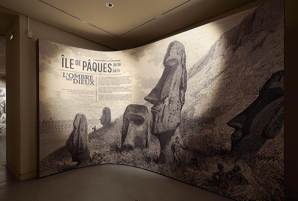 Vue sur l'entrée de l'exposition Ile de Pâques, l'ombre des Dieux