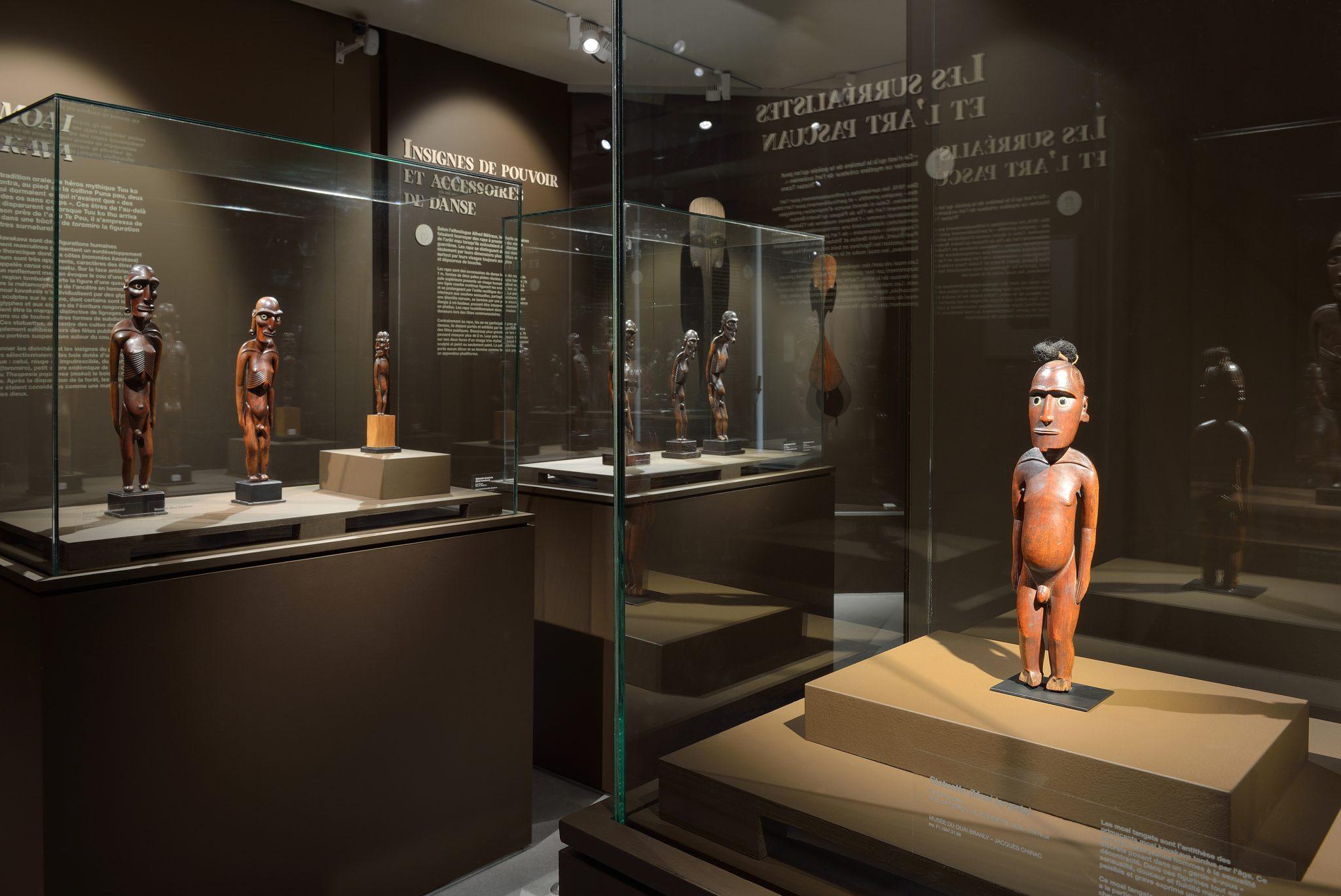 Vue des statuettes dans la salle d'exposition à Rodez