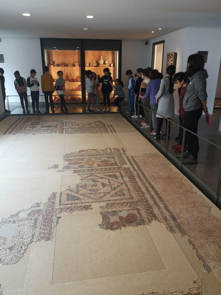 Une classe en visite au musée Fenaille