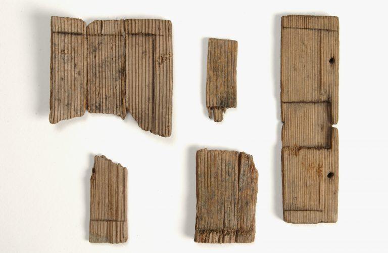 Fragment de tablette à écrire en bois