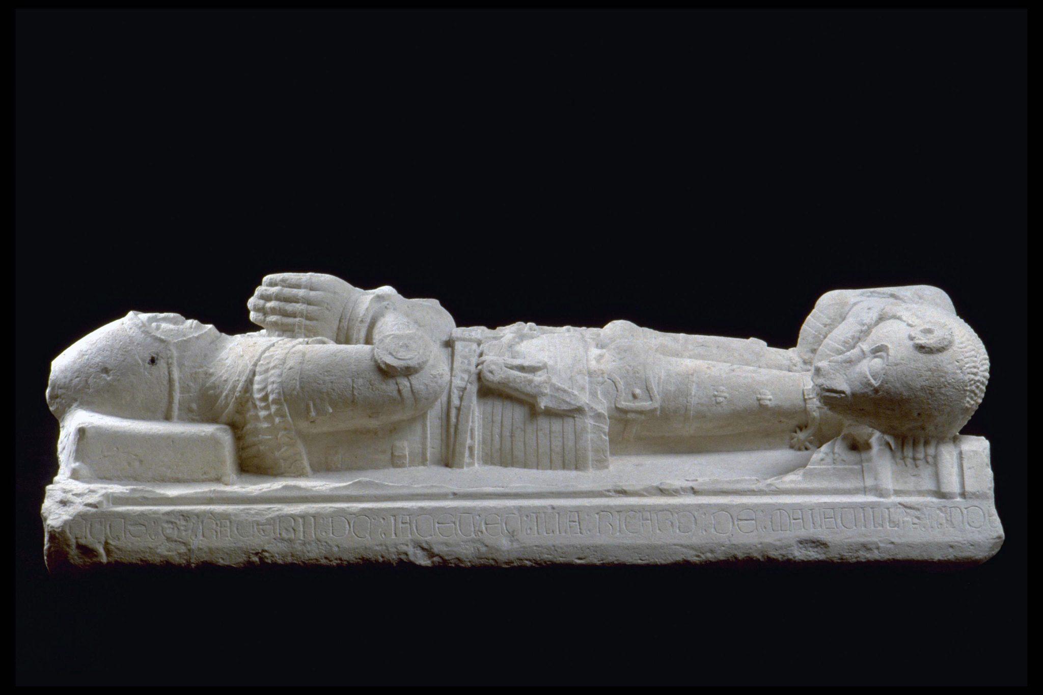 Vue latérale du gisant avec l'inscription en latin