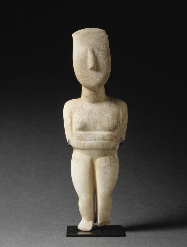 Figurine féminine, Variété de Spédos, Groupe de Syros MA5011. Paris, musée du Louvre. Photo © RMN-Grand Palais (musée du Louvre) / Hervé Lewandowski