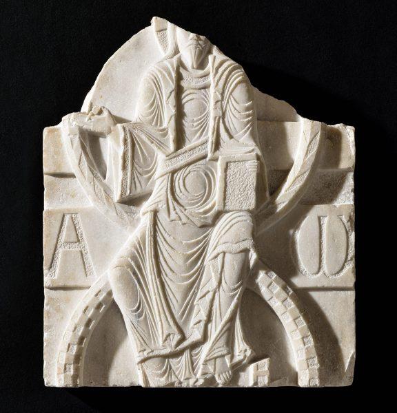 Christ en majesté roman, marbre, XIe siècle, musée Fenaille – Rodez (coll. SLSAA), photo T. Estadieu