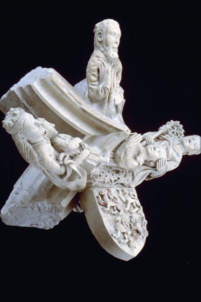 Clef de voûte en calcaire, provenant de l'église Saint-Pierre (Salles-la-Source), XIVe siècle