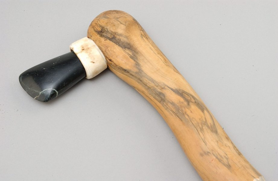 Reconstitution d'une hache avec son manche en bois et une gaine en bois de cerf