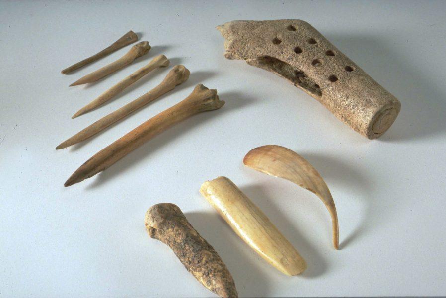 Hache marteau, poinçons, ciseaux en os et bois de cerf