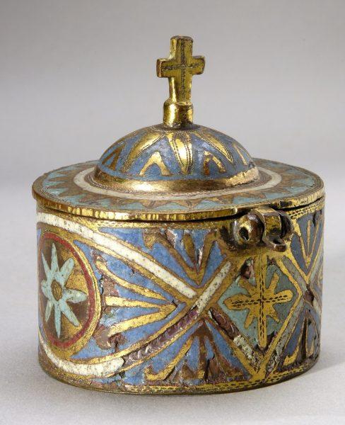 Pyxide en cuivre émaillé et doré, provenant de la chapelle du château de Sévérac, fin XIIe - XIIIe siècle.