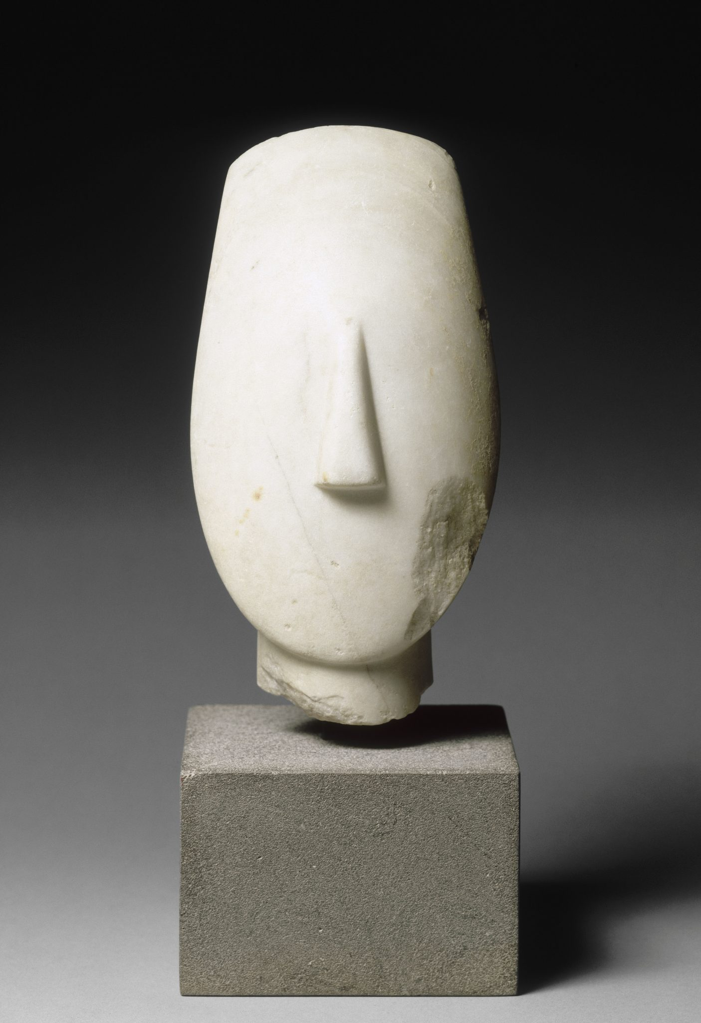 Tête d'une grande statuette féminine du type des Idoles aux bras croisés